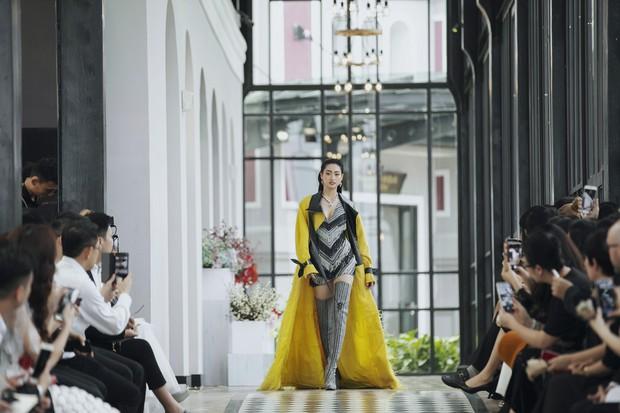 Tiểu Vy và Lương Thùy Linh song kiếm hợp bích, cùng catwalk khuấy đảo show của NTK Lê Thanh Hòa - Ảnh 1.
