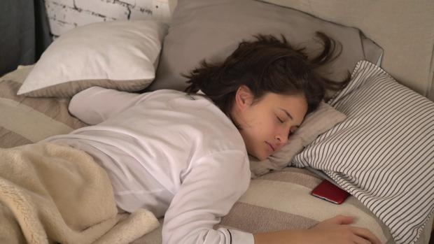 Nhiều người thường hay đặt thứ này ở đầu giường nhưng không ngờ nó lại gây hại cho sức khỏe và tính mạng - Ảnh 2.