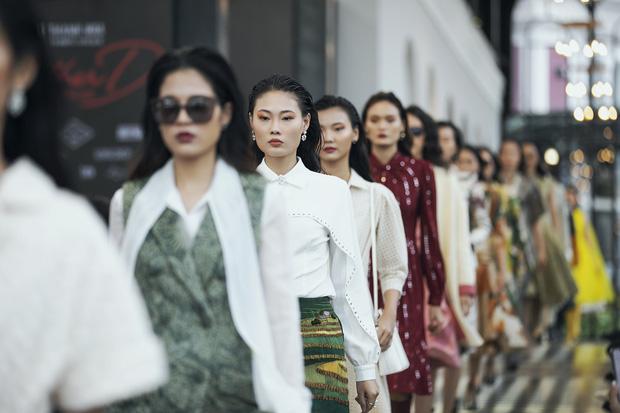 Tiểu Vy và Lương Thùy Linh song kiếm hợp bích, cùng catwalk khuấy đảo show của NTK Lê Thanh Hòa - Ảnh 8.