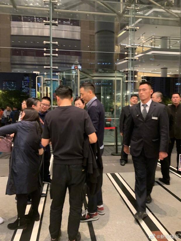 Fan rơi nước mắt vì Đường Hạc Đức bất ngờ xuất hiện ở Thượng Hải, làm điều đặc biệt vì nhớ Trương Quốc Vinh - Ảnh 2.