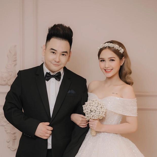 Streamer giàu nhất Việt Nam Xemesis mới tung ảnh cưới: Cô dâu kém 13 tuổi đẹp xuất sắc, chú rể xuất hiện đúng một lần - Ảnh 1.