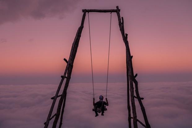 Đu xích đu giữa biển mây ở độ cao 2100m chắc chắc sẽ là trải nghiệm có 1-0-2 dành cho hội thích chinh phục - Ảnh 1.