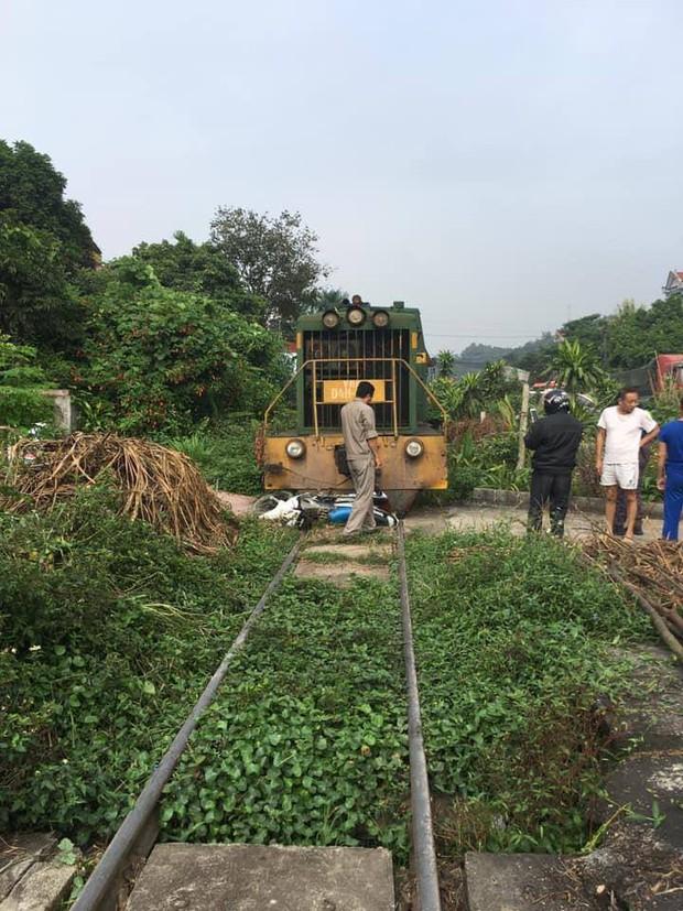 Xe máy chở 3 người bị tàu hỏa tông trúng, cháu bé 3 tuổi chui từ gầm tàu hỏa thoát chết thần kỳ - Ảnh 1.