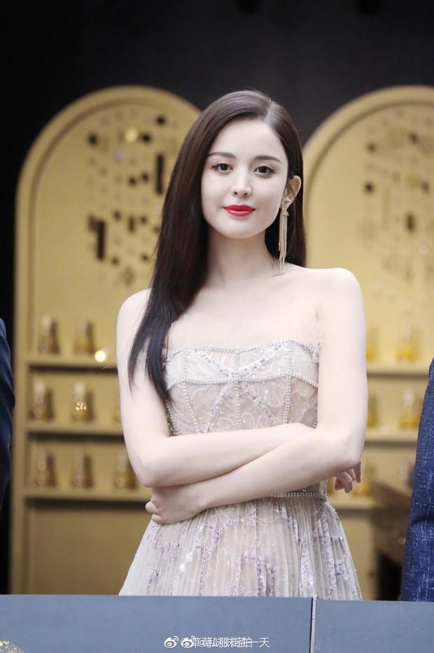 Lộng lẫy như tiên giáng trần ở sự kiện, Cổ Lực Na Trát gây sốt Weibo: Đúng là phụ nữ đẹp nhất khi chẳng thuộc về ai! - Ảnh 3.