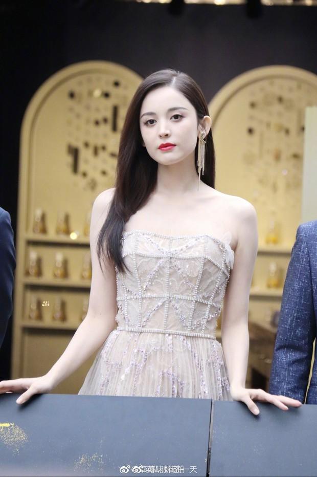 Lộng lẫy như tiên giáng trần ở sự kiện, Cổ Lực Na Trát gây sốt Weibo: Đúng là phụ nữ đẹp nhất khi chẳng thuộc về ai! - Ảnh 4.