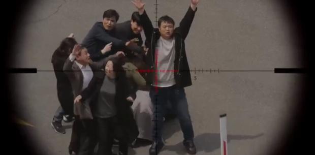 Vagabond tập 12: Lee Seung Gi đi bão theo kiểu chạy vào nhà xác, xúc động với tường người chắn đạn - Ảnh 13.