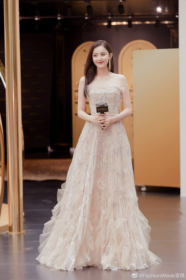 Lộng lẫy như tiên giáng trần ở sự kiện, Cổ Lực Na Trát gây sốt Weibo: Đúng là phụ nữ đẹp nhất khi chẳng thuộc về ai! - Ảnh 7.