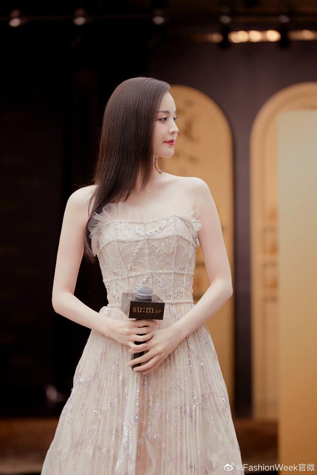 Lộng lẫy như tiên giáng trần ở sự kiện, Cổ Lực Na Trát gây sốt Weibo: Đúng là phụ nữ đẹp nhất khi chẳng thuộc về ai! - Ảnh 8.