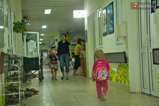 """Xót lòng bé gái ung thư 3 tuổi đeo cặp sách lon ton trong bệnh viện: """"Ngày nào nó cũng đòi đi học - Ảnh 5."""
