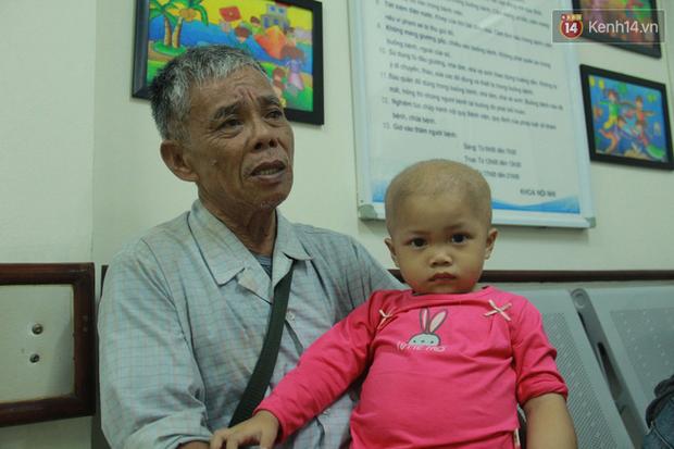 """Xót lòng bé gái ung thư 3 tuổi đeo cặp sách lon ton trong bệnh viện: """"Ngày nào nó cũng đòi đi học - Ảnh 1."""