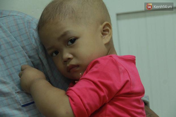 """Xót lòng bé gái ung thư 3 tuổi đeo cặp sách lon ton trong bệnh viện: """"Ngày nào nó cũng đòi đi học - Ảnh 2."""