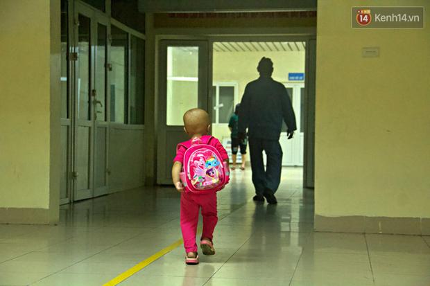 """Xót lòng bé gái ung thư 3 tuổi đeo cặp sách lon ton trong bệnh viện: """"Ngày nào nó cũng đòi đi học - Ảnh 4."""