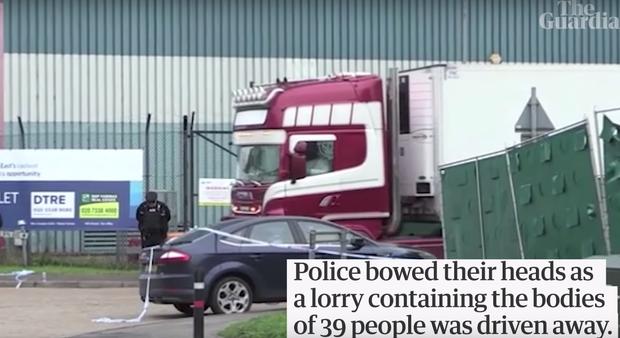 Cử chỉ gây xúc động của cảnh sát Anh trong khoảnh khắc chiếc xe tải chở 39 thi thể được di chuyển khỏi hiện trường - Ảnh 4.