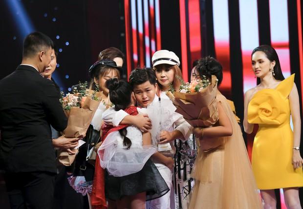 Nguyên Khang đọc nhầm Quán quân Giọng hát Việt nhí 2019 khiến Hương Giang mừng hụt - Ảnh 3.