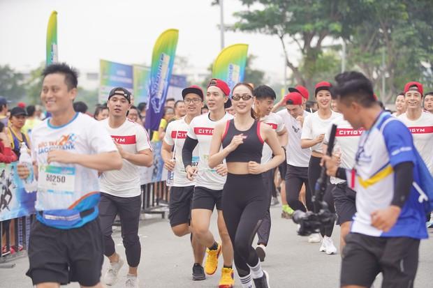Minh Hằng gây náo loạn show Marathon khi chạy cùng dàn trai đẹp - Ảnh 2.