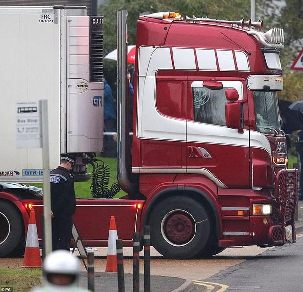 Cử chỉ gây xúc động của cảnh sát Anh trong khoảnh khắc chiếc xe tải chở 39 thi thể được di chuyển khỏi hiện trường - Ảnh 2.