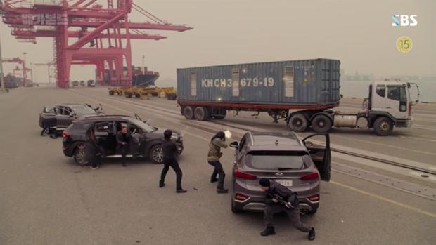 Vagabond tập 12: Lee Seung Gi đi bão theo kiểu chạy vào nhà xác, xúc động với tường người chắn đạn - Ảnh 3.