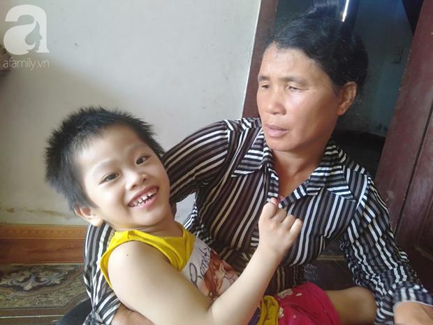 Bi kịch cha mẹ ly hôn vì sinh con tật nguyền, bé gái 5 tuổi bị bại não sống côi cút bên bà nội già yếu - Ảnh 1.