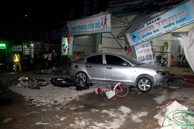 Hải Dương: Xe ô tô về quê ăn cưới mất lái đâm một loạt phương tiện, 1 bé gái gãy chân - Ảnh 1.