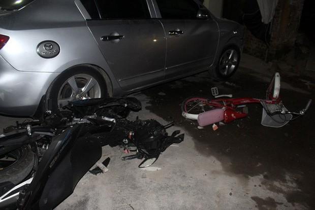 Hải Dương: Xe ô tô về quê ăn cưới mất lái đâm một loạt phương tiện, 1 bé gái gãy chân - Ảnh 3.