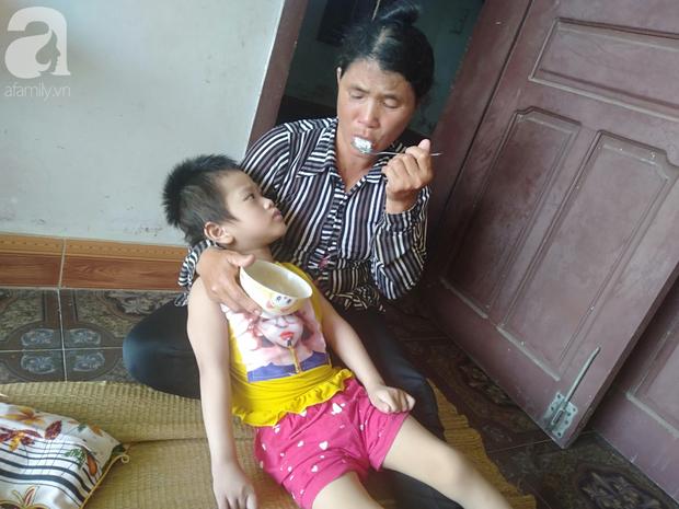 Bi kịch cha mẹ ly hôn vì sinh con tật nguyền, bé gái 5 tuổi bị bại não sống côi cút bên bà nội già yếu - Ảnh 5.