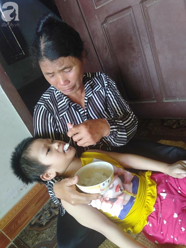 Bi kịch cha mẹ ly hôn vì sinh con tật nguyền, bé gái 5 tuổi bị bại não sống côi cút bên bà nội già yếu - Ảnh 6.