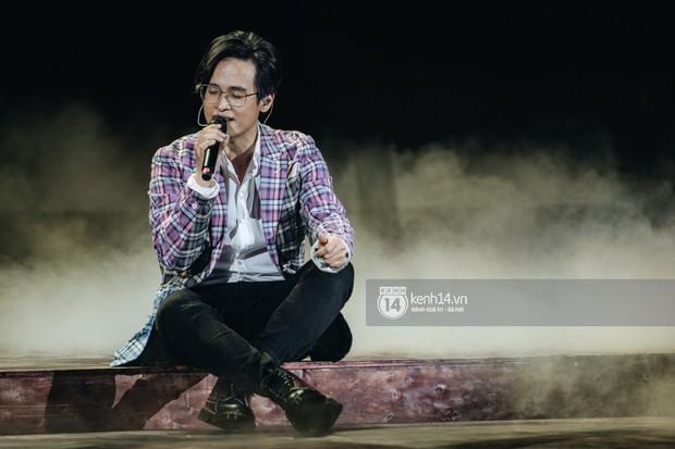 Khán giả không kiềm được nước mắt khi Hà Anh Tuấn hát Nước ngoài trong đêm cuối cùng của live concert Truyện Ngắn - Ảnh 5.