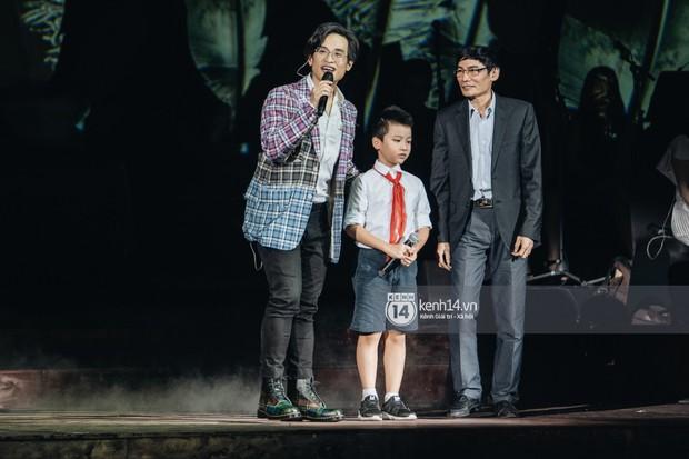 Khán giả không kiềm được nước mắt khi Hà Anh Tuấn hát Nước ngoài trong đêm cuối cùng của live concert Truyện Ngắn - Ảnh 4.