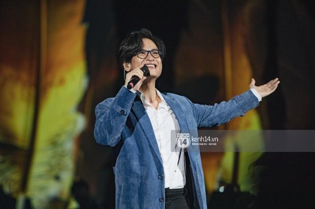 Khán giả không kiềm được nước mắt khi Hà Anh Tuấn hát Nước ngoài trong đêm cuối cùng của live concert Truyện Ngắn - Ảnh 1.