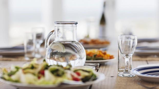 Cứ tiếp diễn những thói quen uống nước kiểu này sẽ khiến nội tạng của bạn bị tổn hại - Ảnh 2.