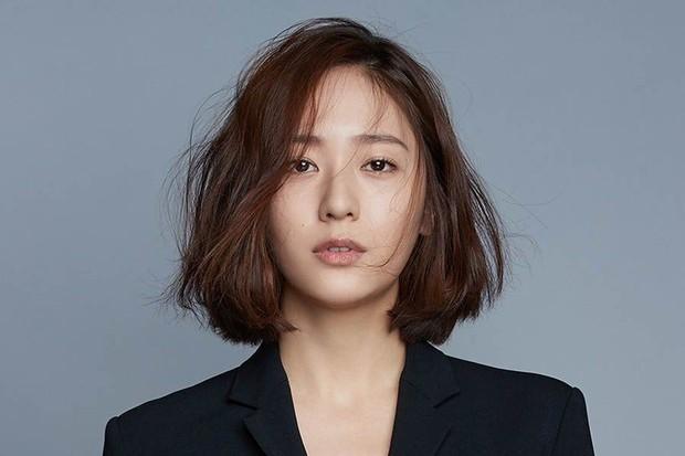 Những idol có khuôn mặt khó ở nhất Kpop: Nayeon và Jennie dính phốt chỉ vì liếc mắt, mỹ nam BTS tính cách khác hẳn - Ảnh 40.