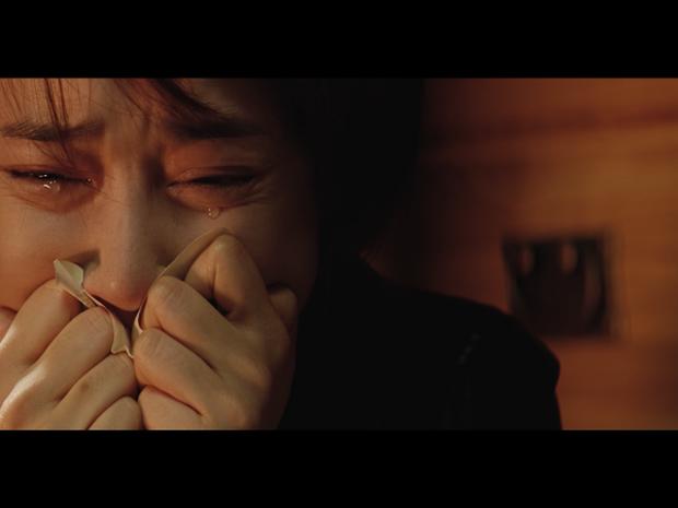 Loạt MV của Nguyễn Trần Trung Quân cái nào cũng drama cẩu huyết: Từ bách hợp đến đam mỹ đủ cả, ngôn tình hiện đại thì tai nạn hiến tim như phim Hàn Quốc - Ảnh 7.