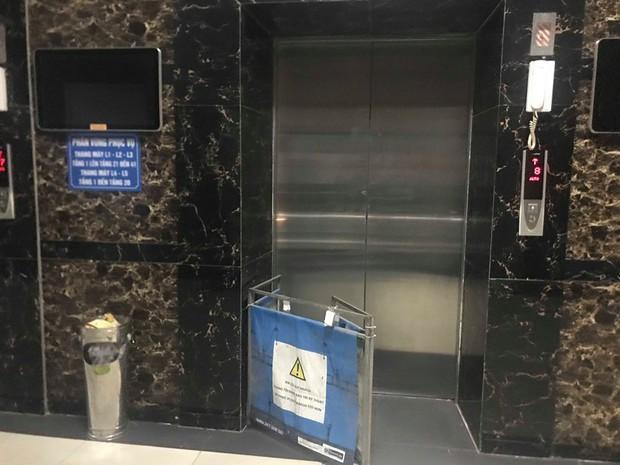Hà Nội: Nhiều cư dân HH Linh Đàm hoảng sợ khi bị mắc kẹt trong thang máy, bảo vệ bắc ghế giải cứu người dân - Ảnh 4.
