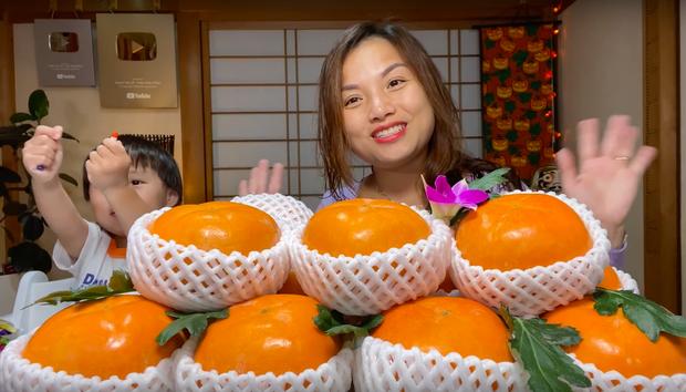 Ai ngờ trái hồng đen kỳ lạ trong vlog mới của Quỳnh Trần JP lại là loại quả dành cho giới thượng lưu Nhật Bản, giá cắt cổ mà vẫn hết hàng - Ảnh 2.