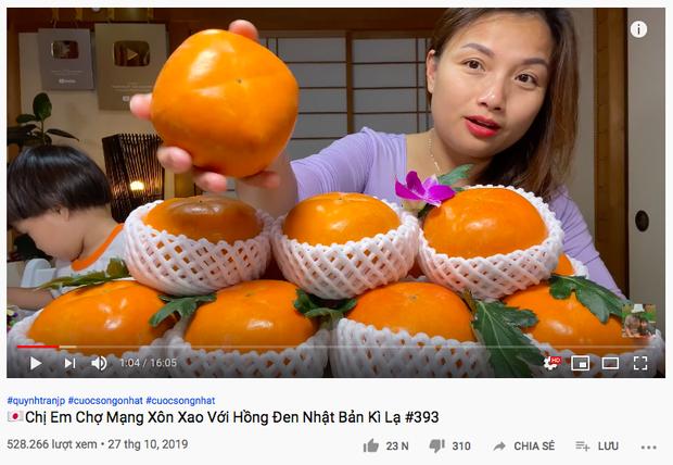 Ai ngờ trái hồng đen kỳ lạ trong vlog mới của Quỳnh Trần JP lại là loại quả dành cho giới thượng lưu Nhật Bản, giá cắt cổ mà vẫn hết hàng - Ảnh 1.