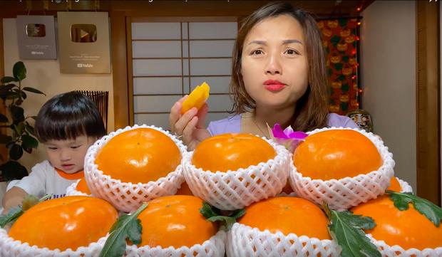 Ai ngờ trái hồng đen kỳ lạ trong vlog mới của Quỳnh Trần JP lại là loại quả dành cho giới thượng lưu Nhật Bản, giá cắt cổ mà vẫn hết hàng - Ảnh 6.
