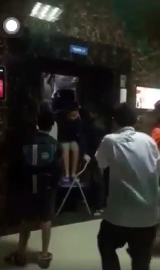 Hà Nội: Nhiều cư dân HH Linh Đàm hoảng sợ khi bị mắc kẹt trong thang máy, bảo vệ bắc ghế giải cứu người dân - Ảnh 3.