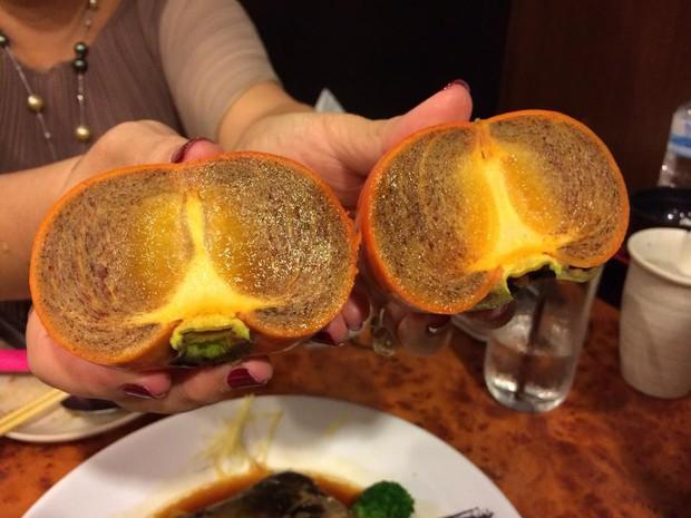Ai ngờ trái hồng đen kỳ lạ trong vlog mới của Quỳnh Trần JP lại là loại quả dành cho giới thượng lưu Nhật Bản, giá cắt cổ mà vẫn hết hàng - Ảnh 3.