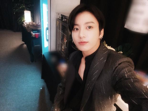 Em út vàng BTS gây choáng với ảnh trước và sau makeup, liệu có xứng gương mặt đẹp trai thứ 2 thế giới? - Ảnh 3.