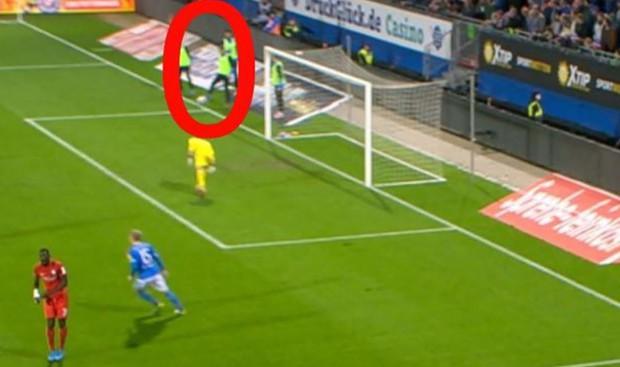 Hy hữu: Không vào sân thi đấu, cầu thủ vẫn khiến đội nhà thủng lưới - Ảnh 2.