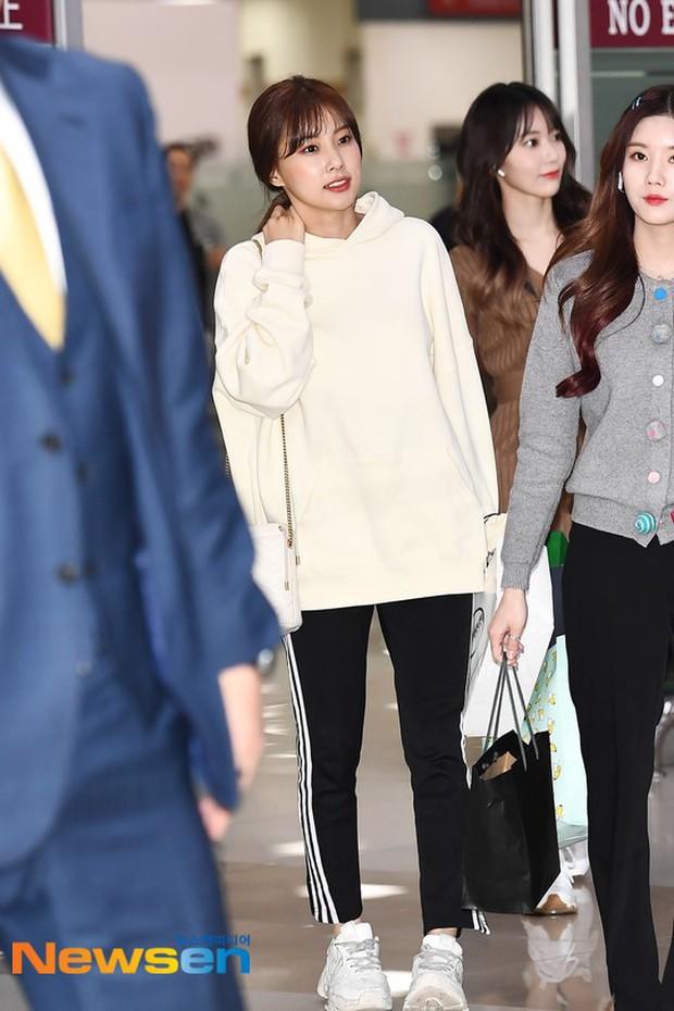 Lâu lắm mới có girlgroup khiến Knet trầm trồ vì visual cả nhóm quá đỉnh ở sân bay, mỹ nhân người Nhật lột xác bất ngờ - Ảnh 7.