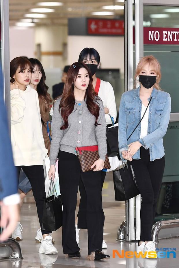 Lâu lắm mới có girlgroup khiến Knet trầm trồ vì visual cả nhóm quá đỉnh ở sân bay, mỹ nhân người Nhật lột xác bất ngờ - Ảnh 4.