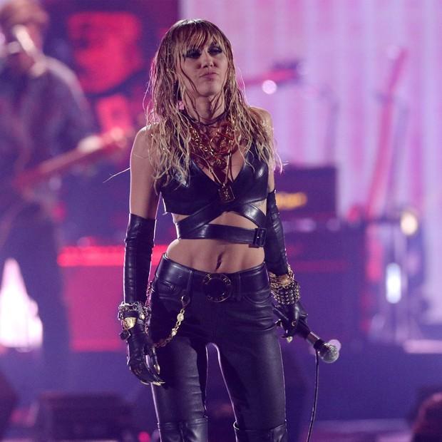 Hú hồn khi Taylor Swift, Miley Cyrus, Lana Del Rey và loạt sao thế giới cũng từng bị giật mic, chen ngang màn trình diễn trong ngỡ ngàng - Ảnh 2.