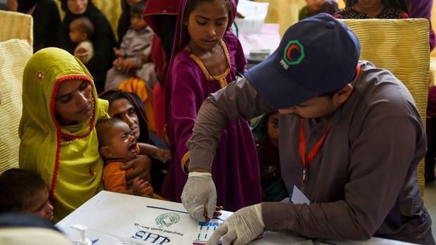 Hoảng loạn ở Pakistan khi phát hiện 900 trẻ em dương tính với HIV - Ảnh 3.