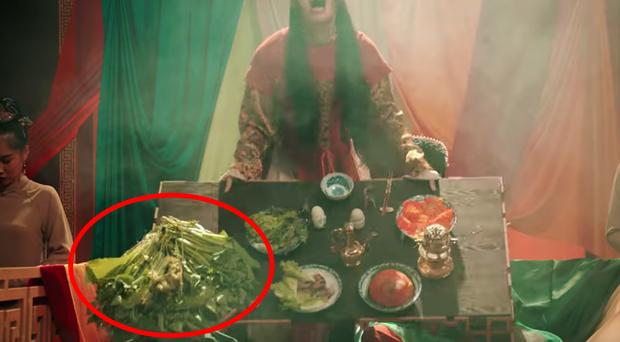 MV Tự Tâm hoành tráng tốn hàng tỷ đồng nhưng sao hoàng thượng Nguyễn Trần Trung Quân lại chỉ được ăn rau sống nguyên mớ thế này? - Ảnh 3.