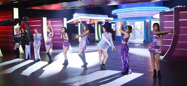 Mặc kỉ lục doanh số ngày đầu rơi vào BLACKPINK rồi Taeyeon, TWICE lập thêm thành tích bán đĩa chưa nữ nghệ sĩ nào đọ lại - Ảnh 1.
