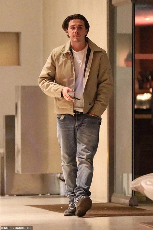 Mặc tin đồn hẹn hò xuất hiện liên tiếp, Brooklyn Beckham lại bị bắt gặp đi ăn tối cùng mỹ nhân Transformers - Ảnh 1.