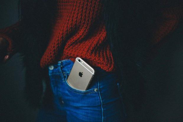4 vị trí không nên đặt điện thoại nhưng nhiều người vẫn làm sai có thể gây nguy cơ vô sinh - Ảnh 3.