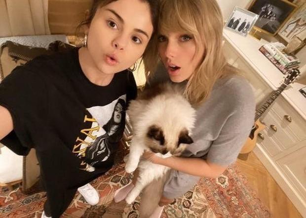 """Selena Gomez bỗng bị fan Taylor Swift chỉ trích gay gắt vì công khai ủng hộ chính kẻ thù """"không đội trời chung"""" của cô bạn thân? - Ảnh 2."""