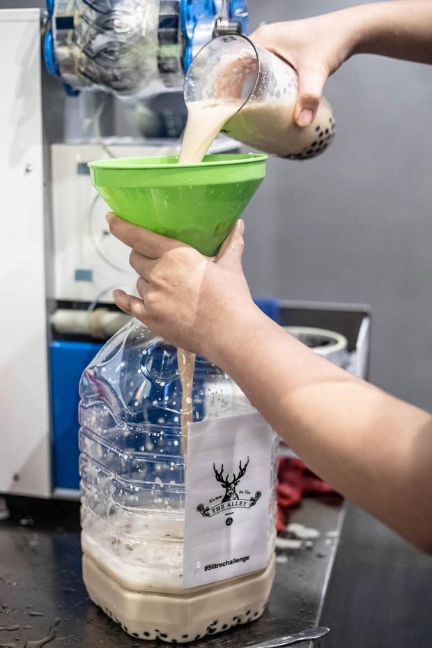 Xuất hiện trà sữa 5 lít siêu to khổng lồ ở Malaysia khiến dân tình đổ xô đi uống thử - Ảnh 6.